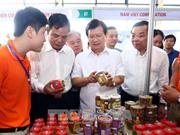 政府副总理郑廷勇参观2017年越南查鱼和水产品展