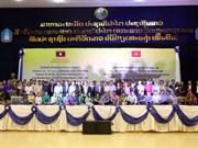 越南老留学生向老挝教师表达感恩之心