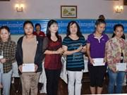 越南安江省和芹苴市向柬埔寨贫困者赠送礼物