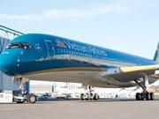 越航飞机在印度紧急降落 对乘客进行急救