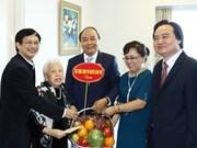 越南政府总理阮春福教师节走访慰问越南教师代表