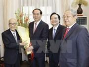 国家主席陈大光向老前辈教师送花祝贺