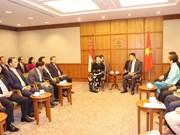 越南国会主席阮氏金银与新加坡国会议长陈川仁举行会谈