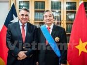 越南驻智大使荣获智利政府的十字勋章
