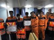 在乂安省海域遇险渔船及船上9名船员被成功救起