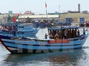 岘港市援助渔民们进行合法捕捞