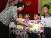 国家副主席邓氏玉盛向后江省贫困学生颁发助学金