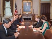 胡志明市市委书记会见美国副国务卿香农