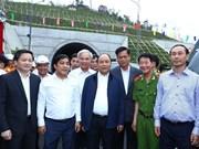 越南政府总理阮春福视察大山口公路隧道  走访慰问富安省受灾群众