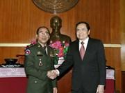 越南祖国阵线中央委员会主席陈青敏会见柬埔寨皇家武装部队三军副参谋长嗲沙润