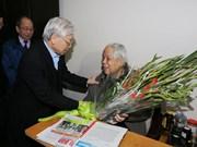 阮富仲和陈大光登门拜访前越共中央总书记杜梅并向其祝寿