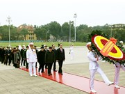 越南共产党建党88周年:越南党和国家领导人拜谒胡志明主席陵墓