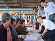 向旅柬越侨和柬埔寨困难群众送上越南政府总理阮春福的春节慰问品