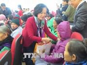 中央民运部部长张氏梅看望北宁省综合医院住院病人