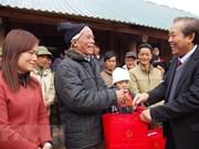 政府副总理张和平向和平省受灾群众赠送慰问品