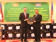 越南国会向柬埔寨参议院赠送工作设备