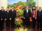 越南北部福音教教会会长向河内市委书记黄忠海拜年