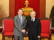越共中央总书记阮富仲会见法国驻越南大使贝特兰•洛尔拉里