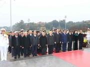 2018戊戌年春节即将来临:越南党和国家领导瞻仰胡志明主席陵并敬献花圈