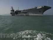 越南跨部门代表团登上美国航空母舰参观