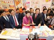 国会主席阮氏金银参观2018年越南全国报刊展