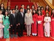 韩国总统文在寅夫人金正淑会见在韩越南留学生代表