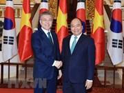 越南政府总理阮春福会见韩国总统文在寅