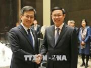 越南政府副总理王廷惠会见韩国副总理金东兖