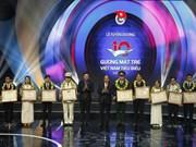 越南政府总理阮春福出席2017年越南优秀青年表彰大会