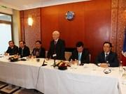 越共中央总书记阮富仲会见旅法越南年轻知识分子