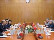 越共中央经济部部长阮文平会见能源领域的国际专家代表团