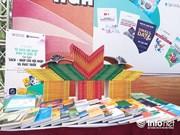 """越南图书日:共有60多种书籍的 """"融入世界经济书柜""""正式亮相"""