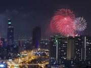 胡志明市燃放烟花庆祝南方解放日43周年