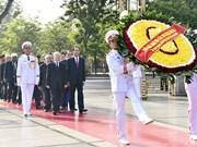 胡志明主席诞辰128周年:越南党和国家领导人拜谒胡志明主席陵
