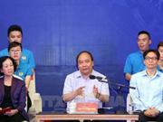 阮春福与红河平原工业园区的近1000名工人举行对话