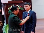 老挝向越南军队电信集团在老挝联营体授予劳动勋章