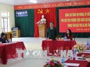 越南国会常务副主席丛氏放向谅山省贫困学生赠送礼物