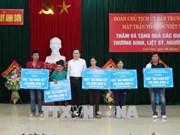 越南祖国阵线中央委员会主席陈青敏走访慰问乂安省优抚家庭