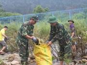 越中边民携手开展边境河道环境卫生整治活动