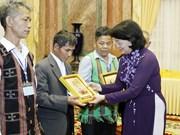 越南国家副主席邓氏玉盛会见承天顺化省少数民族先进模范代表团