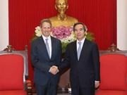 越共中央经济部部长阮文平会见澳大利亚和美国客人