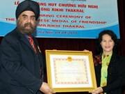 越南向新加坡德加拉集团l执行经理授予友谊徽章