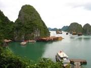 载着2200名中国游客的5星级宝瓶星号游轮抵达下龙湾