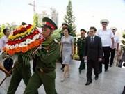 俄罗斯太平洋舰队在岘港市英雄烈士纪念碑敬献花圈