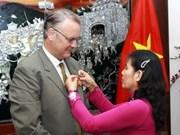 越南向联合国协调员颁发纪念章