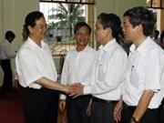 阮晋勇总理和其他国会代表候选人与海防市选民接触