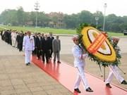 党和国家领导人瞻仰胡志明主席陵墓并敬献花圈