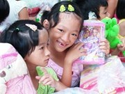 数千份礼物赠送给越南贫困儿童