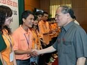 国会主席阮生雄会见河内市各所大学优秀毕业生