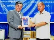 越南通讯社向老挝通讯社赠送两家通讯社传统历史书籍